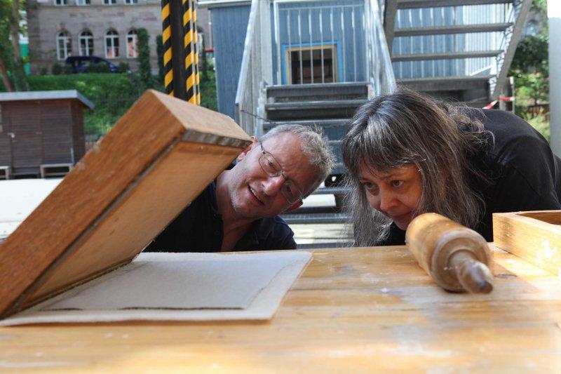 Löst sich das Papier vom Rahmen_Dozent Wolfgang Lukas und Teilnehmerin Susanne Tomis-Nedvidek