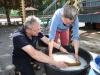 Wolfgang Lukas und Claudie Jobst beim Papierschöpfen