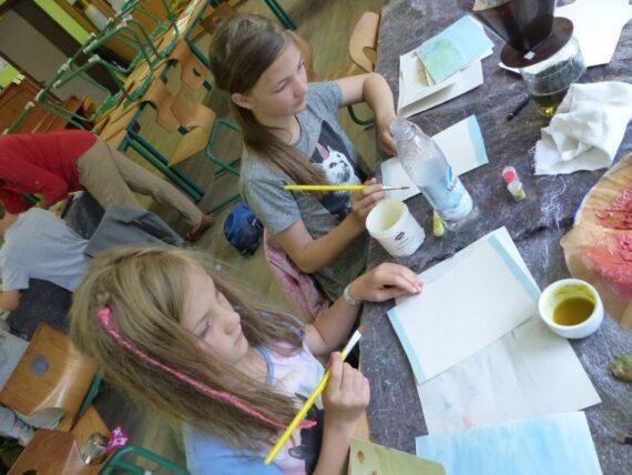 Mädchen malen gern