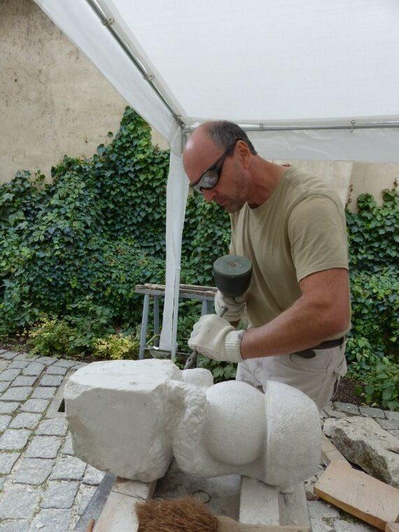 Ein Sandstein wird geformt